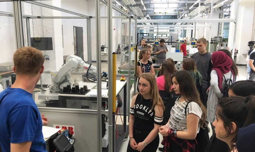 Schülerinnen entdecken technische Berufe